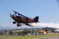 オープンキャンパスの写真 飛ぶ飛行機を見学